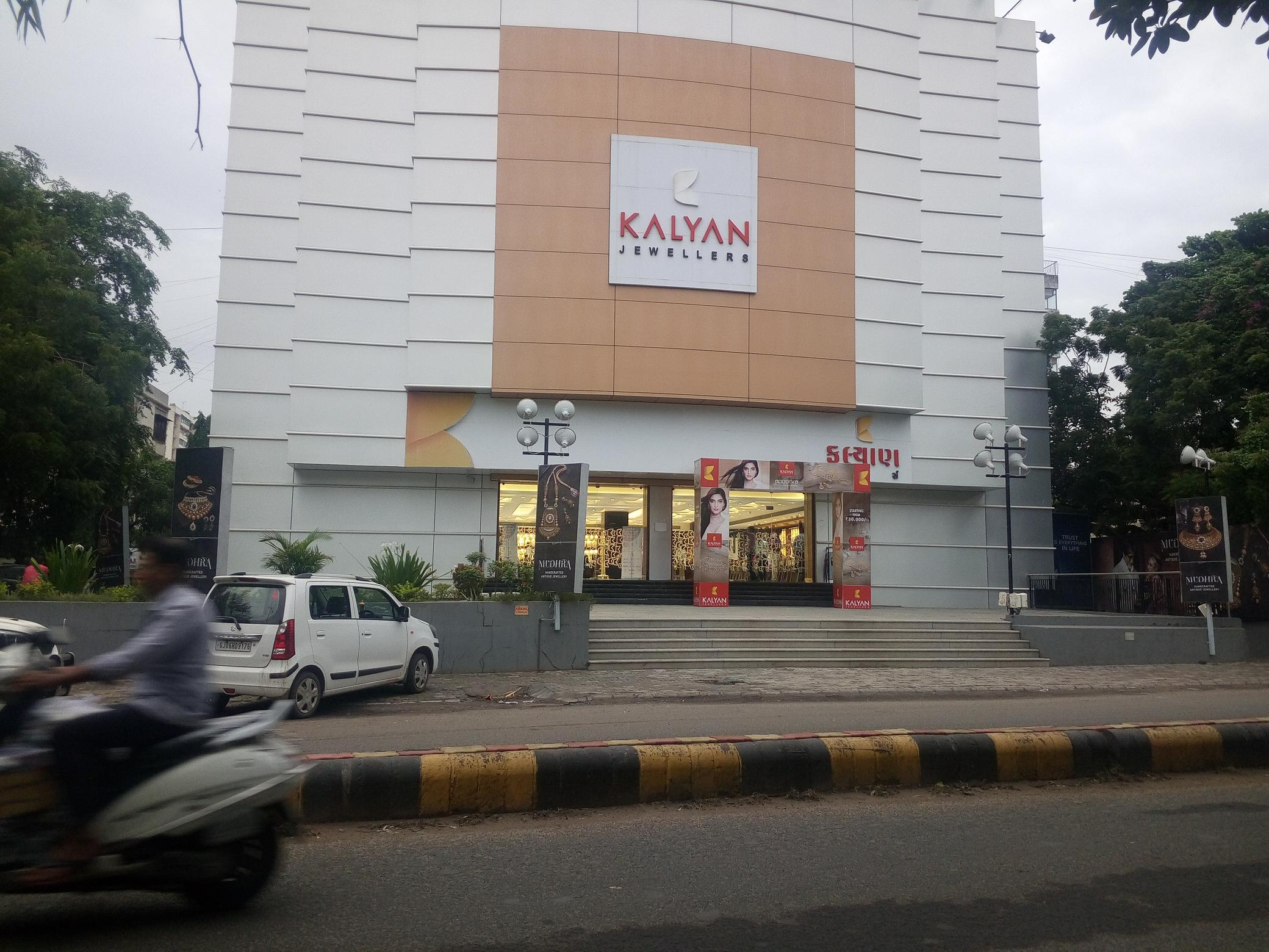 Kalyan Jewellers Vadodara having more than 6 steps They are having enough space for Divyang Ramp but they have not make provision for CSR