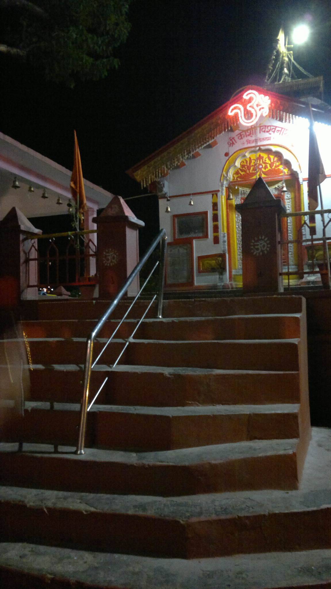 Kashi Vishwanath Temple of Uttarkashi has steps at entrance